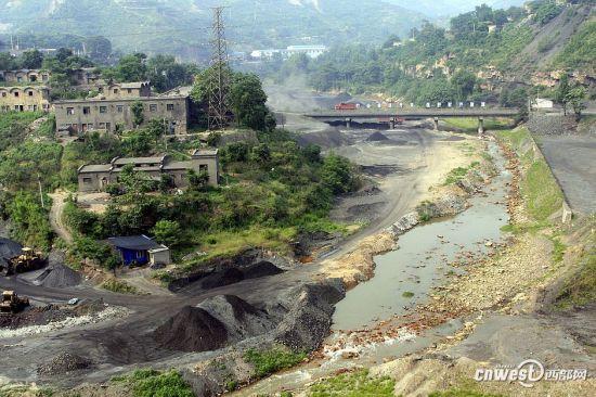 煤矸石露天堆放对水资源的污染非常严重